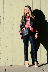 Floral swet shirt and leather jacket in a urban and stylish look, white heels