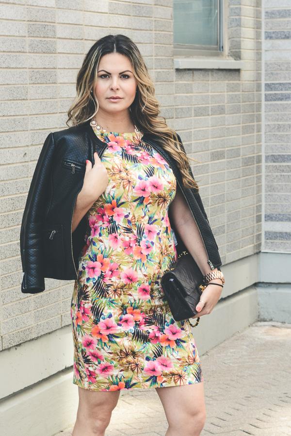 vestido floral com jaqueta de couro e sapato valentino misturando o fast  fashion com artigos de luxo