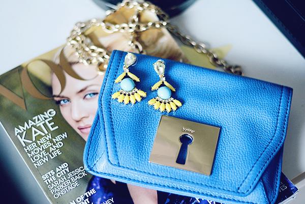 Blue crossbody bag to bright up your outfit on any season, Bolsa azul para acender seu look em qualquer estação