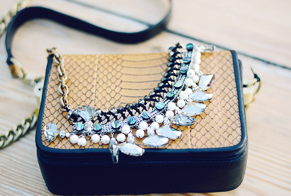 Crystals neklace from zara and leather bag. Casual cool look, colares e bolsas etilo box para um look casual e moderno