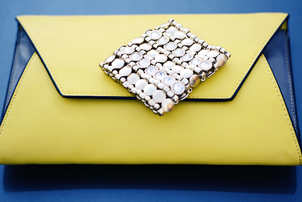 oversized clutch and gold bracelet for totatl glam look, Clutch envelope tamanho familia para deixar o look poderoso