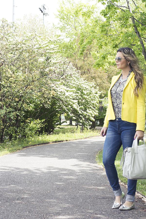 Blazer amarelo e skinny jeans em um look casual e sofisticado
