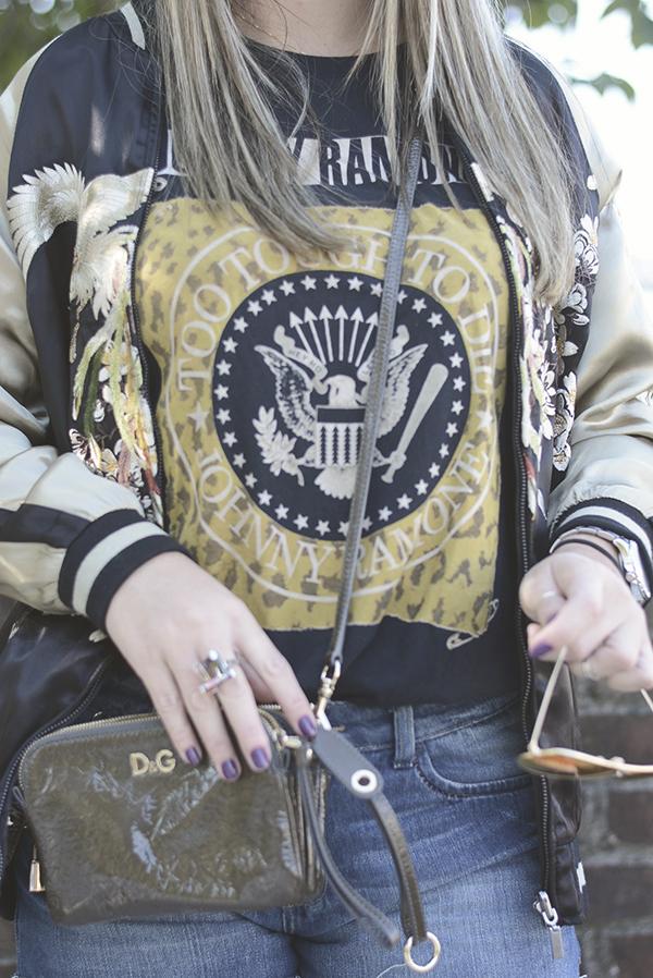 jaqueta bomber com short jeans para show de rock ao ar livre