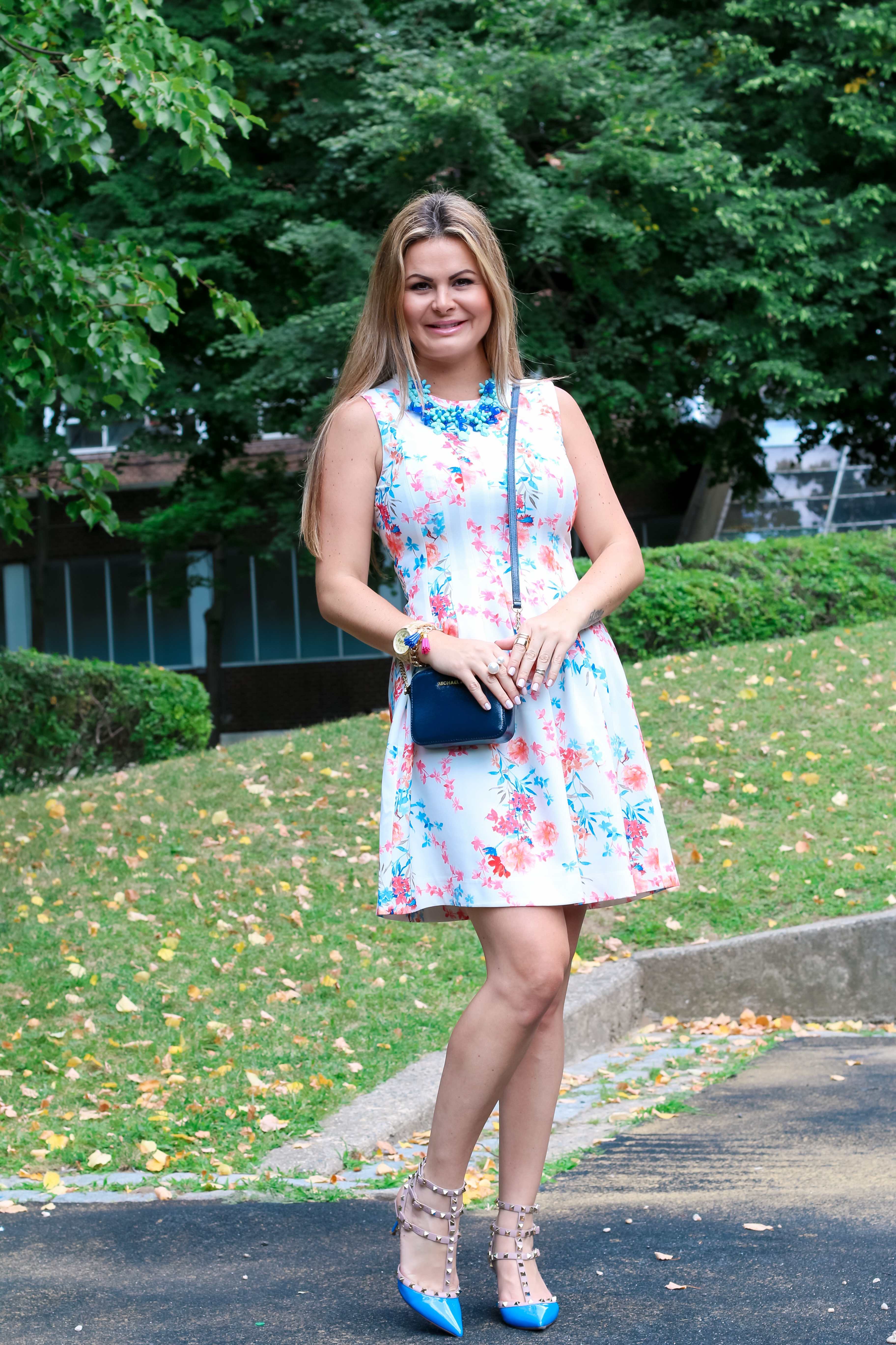 6c43589e31 Floral dress combined with valentino rocktud shoes