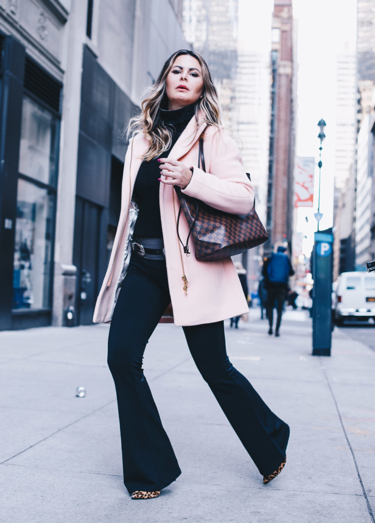 street style hilma a NYC influencer wears all black and pop in pink via glamourim.com